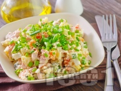 Руска салата с картофи, моркови, грах, яйца и майонеза - снимка на рецептата